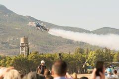 Atenas, Grecia 13 de septiembre de 2015 Demostración del vuelo de Melissa Pemberton en la demostración del vuelo de la semana del fotos de archivo