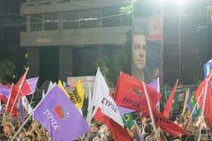 Atenas, Grecia 18 de septiembre de 2015 Fans que agitan sus banderas en el discurso público pasado de Alexis Tsipras antes de las fotografía de archivo libre de regalías