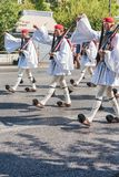 ATENAS, GRECIA - 16 DE SEPTIEMBRE DE 2018: El Evzones - unidad histórica de la élite del ejército griego que guarda la tumba grie imagen de archivo libre de regalías