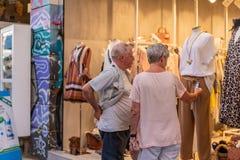 ATENAS, GRECIA - 17 DE SEPTIEMBRE DE 2018: Mercado de pulgas de Monastiraki Compras de la gente en las tiendas de regalos en Plak fotografía de archivo libre de regalías