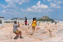 ATENAS, GRECIA - 16 DE SEPTIEMBRE DE 2018: Pares afroamericanos jovenes que viajan en Atenas antigua, Grecia imagen de archivo