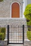 Atenas Grecia, entrada de la casa con la pared de piedra y la puerta de madera arqueada foto de archivo