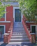 Atenas Grecia, entrada de la casa en la vecindad vieja de Plaka Imágenes de archivo libres de regalías