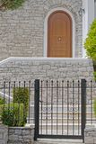 Atenas Grecia, entrada elegante de la casa con la pared de piedra foto de archivo
