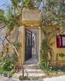 Atenas Grecia, entrada en Anafiotika, una vecindad vieja de la casa debajo de la acrópolis Imagen de archivo libre de regalías