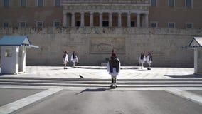 Atenas, Grecia - 11 04 2018: Guarda en deber ceremonial en el palacio del parlamento Conmemora a todos esos soldados griegos que  almacen de metraje de vídeo