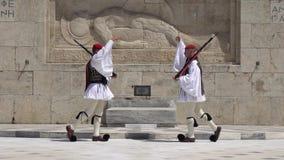Atenas, Grecia - 26 04 2019: Guardias en deber ceremonial en el palacio del parlamento Conmemora a todos esos soldados griegos almacen de metraje de vídeo