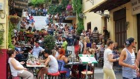 ATENAS - GRECIA, JUNIO DE 2015: la gente goza el beber, café, barra