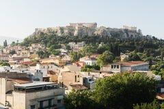 ATENAS, GRECIA - MAYO DE 2018: El paisaje urbano de Atenas con Parthenon en fondo Imagen de archivo libre de regalías
