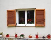 Atenas Grecia, ventana blanca del marco con los obturadores de madera Imagen de archivo libre de regalías