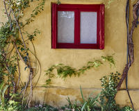 Atenas Grecia, ventana roja en Anafiotika, una vecindad vieja del marco debajo de la acrópolis Fotografía de archivo libre de regalías