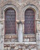 Atenas, Grecia, ventanas de la iglesia de Panaghia Kapnikarea Imágenes de archivo libres de regalías