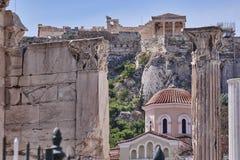 Atenas Grecia, vista de la acrópolis sobre la biblioteca de Hadrian Fotos de archivo libres de regalías