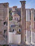 Atenas Grecia, vista de la acrópolis sobre la biblioteca de Hadrian Fotografía de archivo libre de regalías