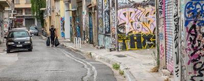 Atenas Greece/17 de agosto de 2018: Homem no passeio preto com o bla dois foto de stock royalty free