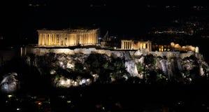 Atenas, Parthenon en la noche, en la acrópolis Grecia Silla de cubierta en la playa en Brighton Imágenes de archivo libres de regalías