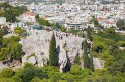 Atenas - perspectiva de la acrópolis a la colina de Areopagus y a la iglesia del puerto deportivo de Agia Foto de archivo