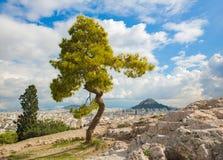 Atenas - perspectiva de la colina de Areopagus a la colina de Likavittos y Fotos de archivo