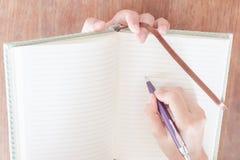 Atención de la paga de la mujer de la escritura Imágenes de archivo libres de regalías