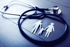 Atención sanitaria de la familia y concepto del seguro foto de archivo
