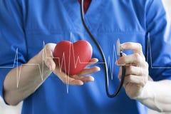 Atención sanitaria del pulso del corazón del botón que empuja del doctor en medicina virtual del panel de Internet fotos de archivo libres de regalías