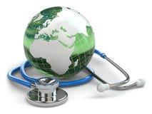 Atención sanitaria global. Tierra y estetoscopio. Foto de archivo