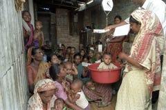 Atención sanitaria para los bebés y los niños, Bangladesh fotografía de archivo libre de regalías