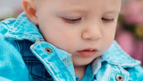 Atención sanitaria temprana del niño illusytration con las nubes, el sol y el cochecillo Pequeño bebé en cuidado de día Poco jueg fotografía de archivo libre de regalías