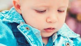 Atención sanitaria temprana del niño illusytration con las nubes, el sol y el cochecillo Pequeño bebé en cuidado de día Poco jueg fotos de archivo