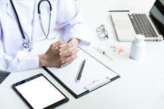 Atención sanitaria y concepto médico, control femenino de la mano del doctor del clip Foto de archivo libre de regalías