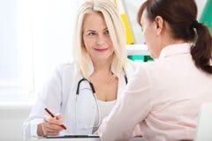 Atención sanitaria y concepto médico - doctor con el paciente en hospital imagenes de archivo