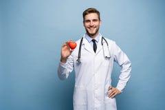 Atención sanitaria y concepto médico - doctor de sexo masculino con el corazón foto de archivo