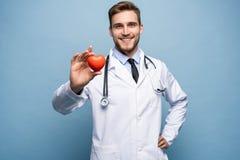 Atención sanitaria y concepto médico - doctor de sexo masculino con el corazón fotografía de archivo