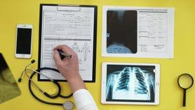Atención sanitaria y concepto médico Imagen de la radiografía en la pantalla de una tableta digital Opinión de sobremesa médica almacen de video