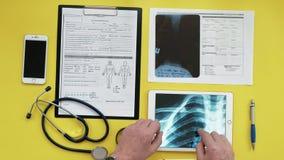 Atención sanitaria y concepto médico Imagen de la radiografía en la pantalla de una tableta digital Opinión de sobremesa médica metrajes