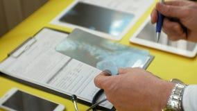 Atención sanitaria y concepto médico Imagen de la radiografía en la pantalla de una tableta digital Vista lateral de la tabla méd almacen de video