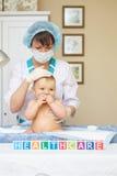 Atención sanitaria y tratamiento del bebé. Concepto general. Foto de archivo libre de regalías