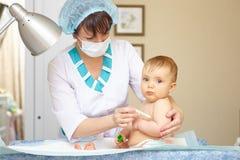 Atención sanitaria y tratamiento del bebé. Síntomas médicos. Temperatura mea Imagen de archivo