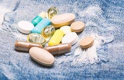 Atenci?n sanitaria y enfermedad Dosis y apego El foco est? en la jeringuilla Concepto de la medicina y del tratamiento Drogas en  imágenes de archivo libres de regalías