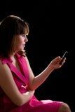 Atendimento da menina pelo telefone de pilha Fotografia de Stock