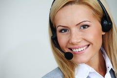 Atendimento da mulher com auriculares Imagens de Stock Royalty Free