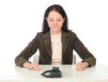 Atendimento de telefone de espera da mulher Fotografia de Stock Royalty Free