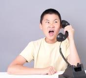 Atendimento de telefone irritado do adolescente Foto de Stock