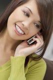 Atendimento de telefone oriental bonito Imagem de Stock Royalty Free