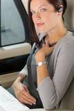 Atendimento luxuoso do carro da mulher de negócios executiva hands-free Fotografia de Stock Royalty Free