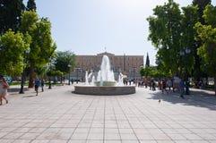 ATENE 22 AGOSTO: Costruzione del quadrato e del Parlamento di sintagma sui precedenti il 22 agosto 2014 a Atene, Grecia immagini stock libere da diritti