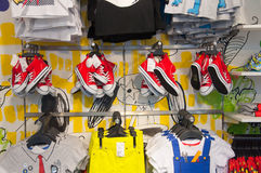 ATENE 1° AGOSTO: Gli indumenti dei bambini nel deposito di Zara sulla via di Ermou il 3 agosto 2013 a Atene La Grecia Immagini Stock