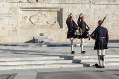 ATENE, GRECIA - 19 GENNAIO 2017: Evzones - guardie presidenziali nella tomba del soldato sconosciuto, il Parlamento greco di cere Immagine Stock Libera da Diritti