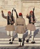 ATENE, GRECIA - 5 MAGGIO 2016: Foto della guardia di onore alla costruzione del Parlamento Fotografia Stock