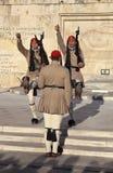 ATENE, GRECIA - 5 MAGGIO 2016: Foto della guardia di onore alla costruzione del Parlamento Fotografie Stock Libere da Diritti